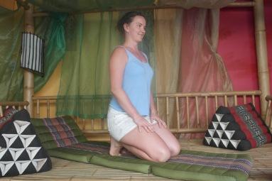 knælende naturlig siddestilling
